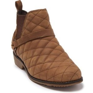 New Teva quilted Chelsea booties. Size 7.5